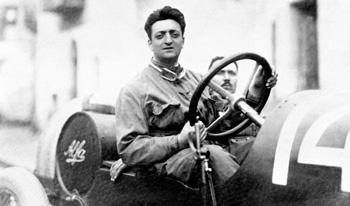 Pretekárske auto a Enzo Ferrari.