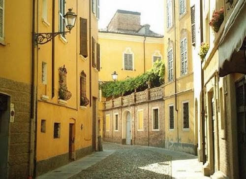 Typická farba fásady budov rodného mesta Enza Ferrariho.
